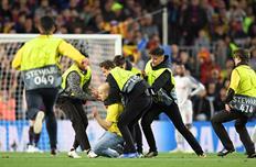 Стюарды на матче Барселона - Ливерпуль, Getty Images