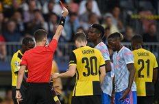 Удаление Аарона Ван-Биссаки в матче против Янг Бойз, Getty Images