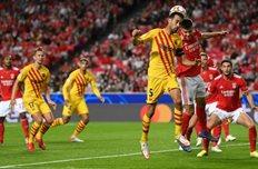 Серхио Бускетс (на переднем плане) в матче против Бенфики, Getty Images
