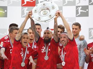 Артуро Видаль с чемпионским трофеем Бундеслиги, Getty Images