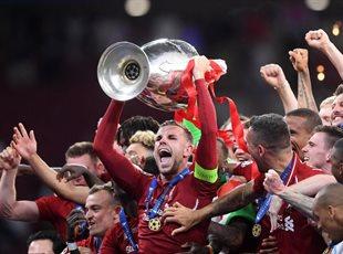 Джордан Хендерсон с трофеем Лиги чемпионов, Getty Images