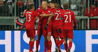 Игроки Баварии празднуют забитый мяч, getty images