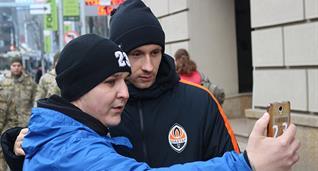 болельщик и Богдан Бутко, фото Василия Войтюка