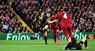 Тома Менье забивает в ворота Ливерпуля, Getty Images