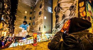 В Неаполе и Буэнос-Айресе прощаются с Марадоной: фанаты вышли на улицы, чтобы почтить память легенды