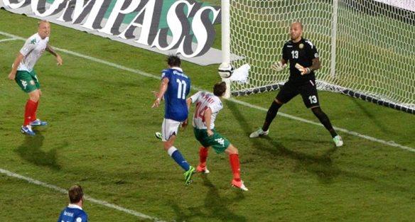 Альберто Джилардино отправляет мяч в ворота сборной Болгарии, Getty Images