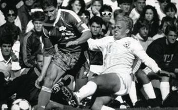 Богдан Недильский (в белом) играет в университетской лиге США, снимок из его семейного архива, любезно предоставленный автору статьи