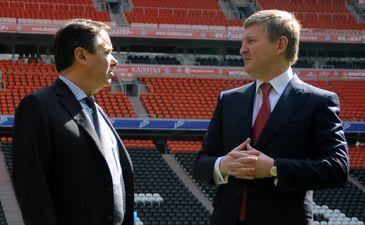 Ахметов показывает гостям стадион, фото shakhtar.com