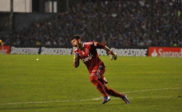 Вратарь Унивесидад де Чили Пауло Гарсес празднует гол своей команды, Getty Images