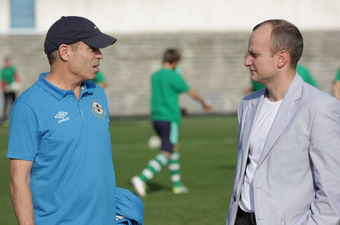 Д.Люкенс (слева) и президент ФК Кристалл А.Кручер,fckristal.at.ua