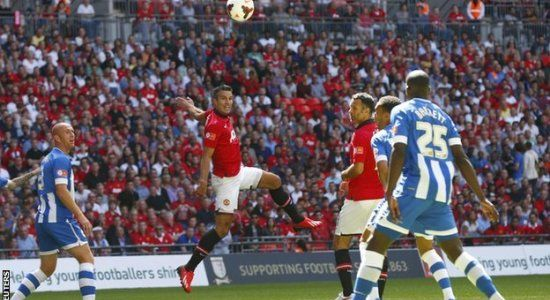 Ван Перси забивает первый гол в ворота Уигана, Reuters