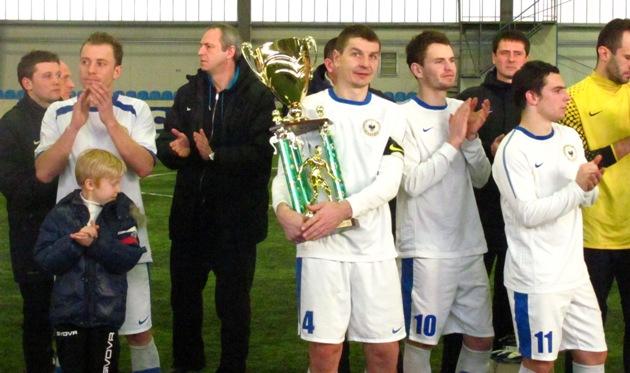 Кубок в руках капитана Десны В.Мельника, фото Артура Валерко, Football.ua