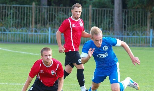 Вадим Антипов (в центре в красной форме), фото www.fcgornyak.dp.ua