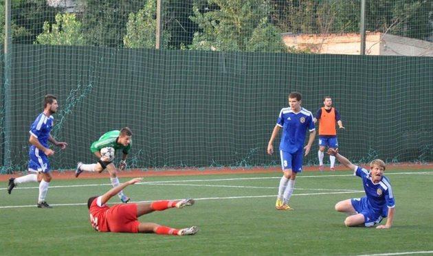 Борзенко (крайний справа) забил победный мяч в ворота лидеров, фото fckremen.com