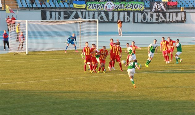 Опасный удар Запорожана принимает на себя стенка: и в этом моменте до гола дело не дошло, фото fco.com.ua