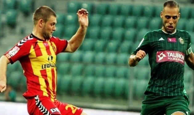 Петров (слева) в действии, onefootballagency.com