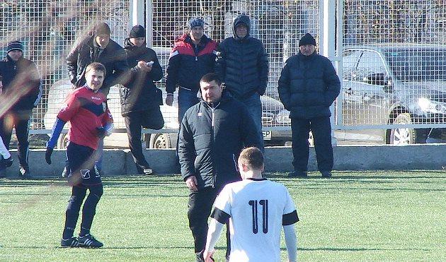Владимир Мазяр на поле успокаивает игроков, Football.ua
