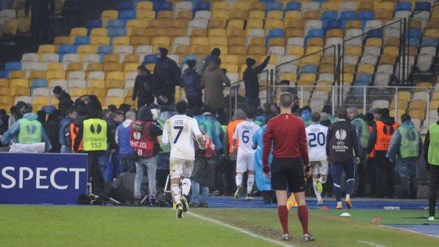 Начало беспорядков возле сектора с фанами Генгама, фото Ильи Хохлова, Football.ua