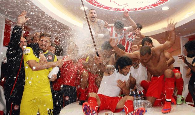 Игроки Олимпиакоса празднуют чемпионство, Getty Images
