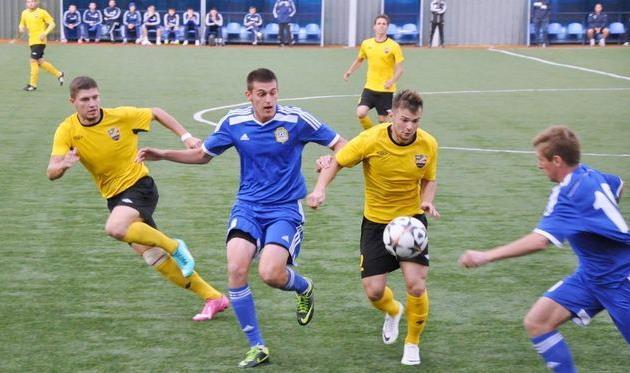 Черний (в центре в синем) снова может сыграть против земляков, фото fckremen.com