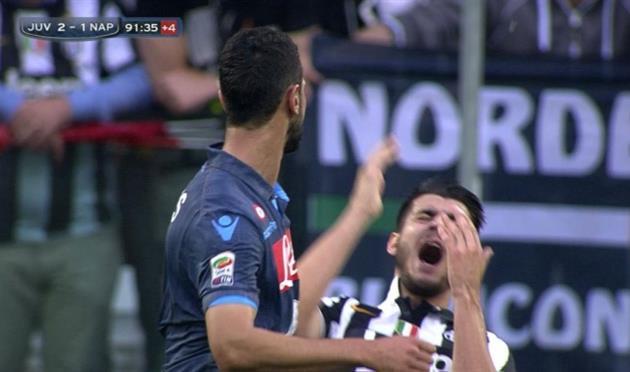 Наполи: Бритос дисквалифицирован на три матча за удар Мораты