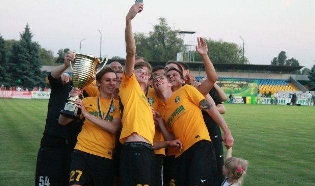 Запилить лук с кубком – разве не ради этого команда старалась весь сезон? Фото Д.Витченко, fco.com.ua