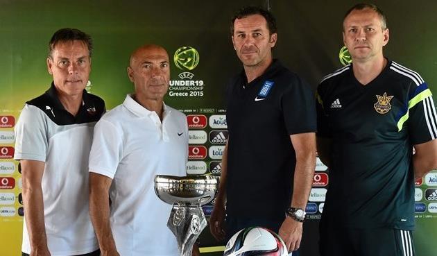 Головко с тренерами-соперниками по группе, фото uefa.com