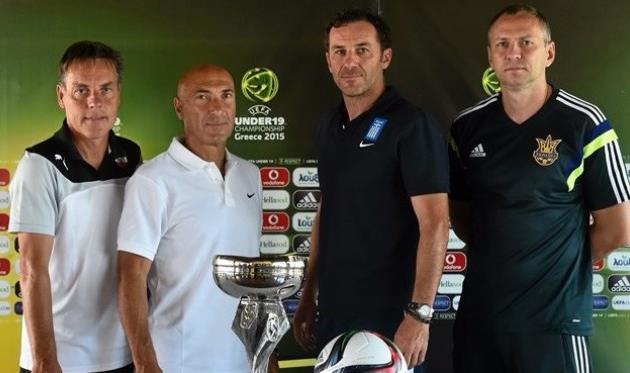 Яннис Гумас (второй справа), Sportsfile