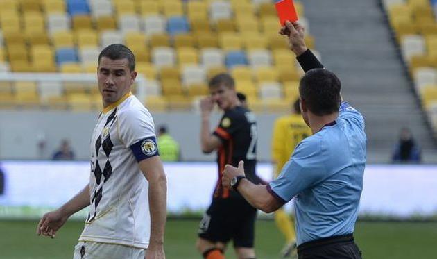 Козык удаляет Чечера, фото Б. Зайца, Football.ua