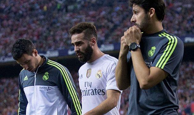 Даниэль Карвахаль (по центру) покидает поле в сопрождении медиков Реала, Getty Images