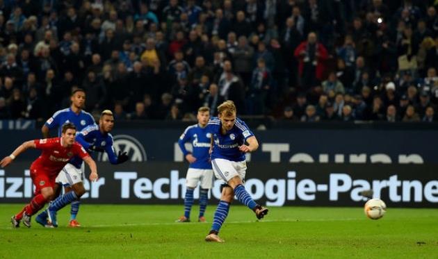 Гайс забивает пенальти, bundesliga.de