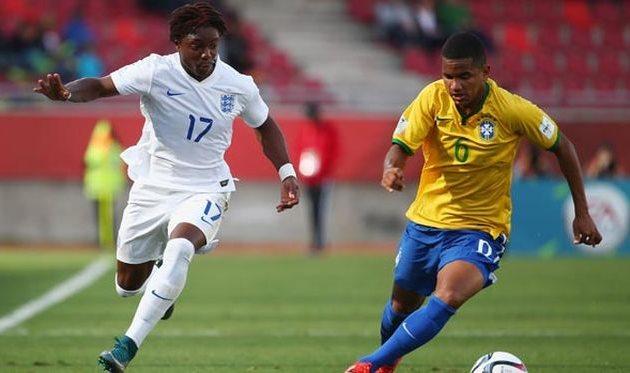 Рожерио (справа) в игре за сборную Бразилии U-17, thefa.com
