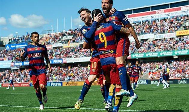 Игроки Барселоны празднуют первое взятие ворот в матче, getty images
