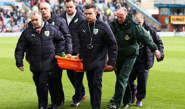 Харри Уинкс покидает поле в матче с Бернли, - Getty Images