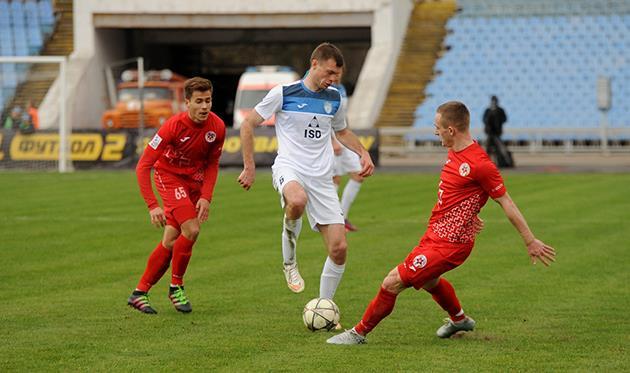 Максим Каленчук (в центре), фото фк сталь