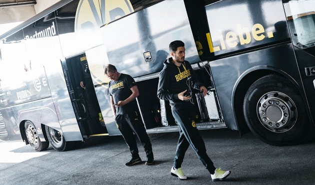 Нури Шахин возле клубного автобуса, - Getty Images