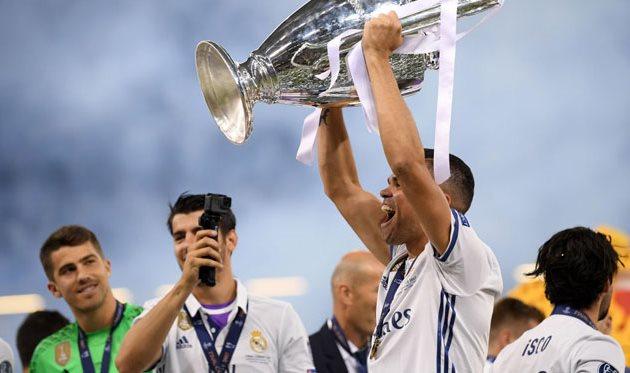Пепе с трофеем Лиги чемпионов, Getty Images