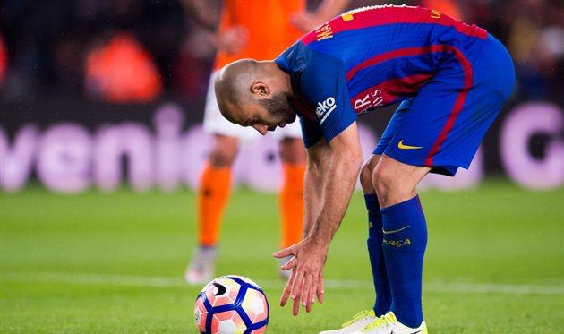 Хавьер Маскерано готовится бить пенальти в матче с Осасуной, Getty Images