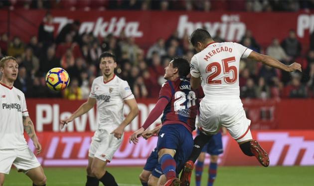 Меркадо пробил в штангу, twitter.com/SevillaFC