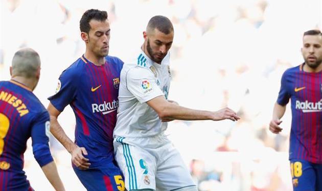 Бензема в окружении игроков Барселоны, Getty images