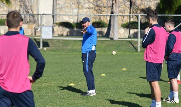 Бабич (в центре) на тренировке команды, фото ФК Мариуполь