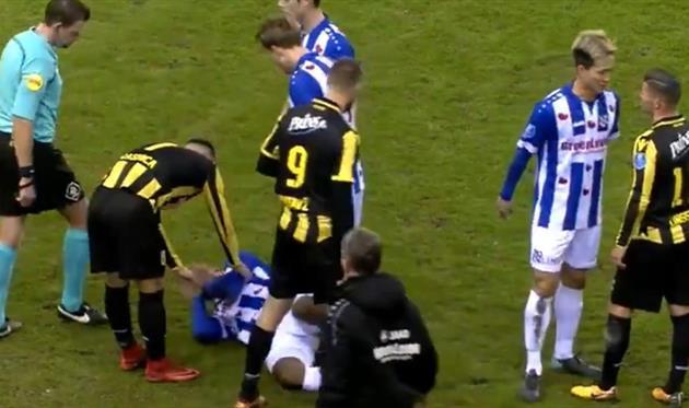 Защитнику Дензеля Дюмфрису пришлось очень нелегко в матче с Витессом