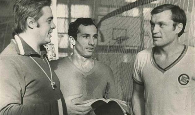 Семенов (в центре)