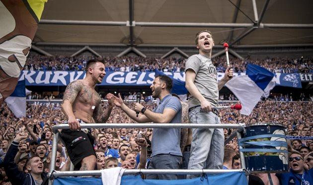 Доменико Тедеско (в центре) на фанатской трибуне Шальке, фото ФК Шальке