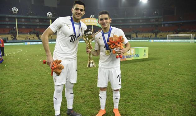 Лукас Торрейра (справа) с трофеем China Cup 2018, фото пресс-службы Федерации футбола Уругвая