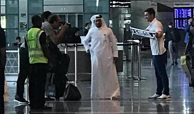 Габи позирует с розой Аль-Садда, фото AS