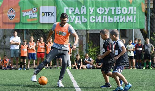 Паулу Фонсека играет в футбол с детьми, ФК Шахтер