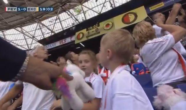 Во время матча Фейеноорда болельщики забросали детей мягкими игрушками