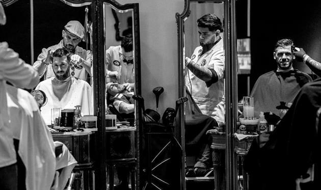 Месси и Демикелис в парикмахерской, AFP