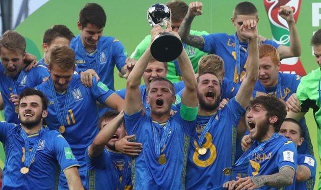 Валерий Бондарь с кубком, ФИФА